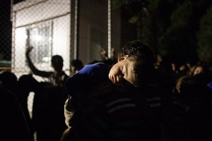 Dozens of children are sleeping on the arms of the parents in the queue / copyright: Salinia Stroux